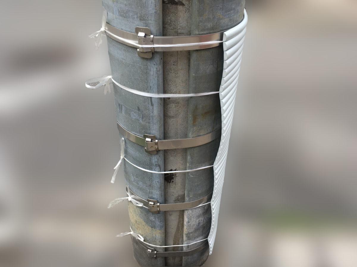 電柱に波型クッションを取り付けた様子