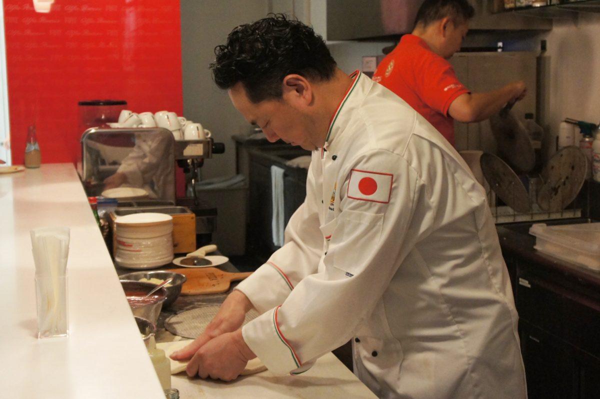 フィアット/アバルト/アルファロメオ松濤 5周年記念パーティーのピザを作る様子